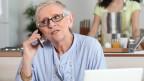 Ältere Frau am Telefonieren.