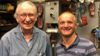 Zwei Männer in einer Schuhmacherwerkstatt.