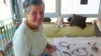 Eine Frau fertigt Schmuckstücke an.