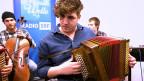 Eine junge Volksmusikformation in einem Radiostudio.