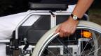 Eine Frau im Rollstuhl.