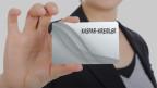 Konturen einer Frau, die eine Visitenkarte mit den Familiennamen Kaspar-Kreidler zeigt.