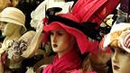 Hüte auf Puppenköpfen.