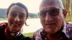 Selfie von einer Frau und einem Mann am Ufer eines Flusses.
