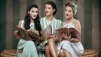 Drei Frauen im Stil der 1950er-Jahre.