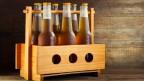 Bierflaschen in einer Halterung.