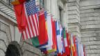 Landesflaggen an einem Regierungsgebäude.