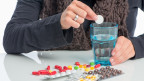 Frau mit vielen Tabletten