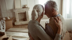 Ein älteres Ehepaar in einer neuen Wohnung.