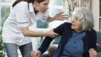 Ältere Frau erschrickt ab Medizinerin.
