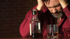 Mann trinkt Alkohol.