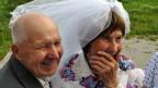 Ein älteres Paar heiratet.
