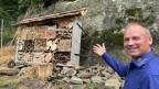 Christian Herzog zeigt sein Insektenhotel.
