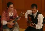Jenny Piras an der Mandoline und Claudio Ambrosi an der Gitarre.
