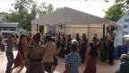 Besucher tanzen beim Heiden-Festival.