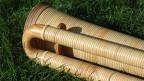 Ein Holzinstrument auf einer Wiese.