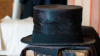 Ein Hut liegt auf einem Koffer.