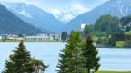 Davoser-See mit Bergen im Hintergrund.