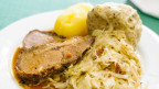 Tschechischer Schweinebraten mit Knödel und Sauerkraut.
