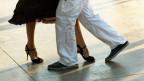 Eine Frau und ein Mann tanzen.