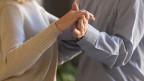 Hände eines tanzenden Paars.