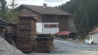 Ein Wohnhaus mit Stapel von Holzbrettern.