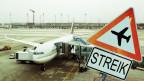 Ein Flugzeug steht auf dem Boden wegen eines Streiks.