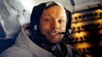 Ein Astronaut in einer Weltraumkapsel.