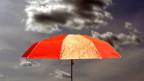 Ein roter Regenschirm.
