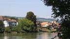 Eine Ortschaft an einem Fluss.