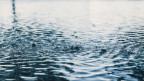 Regentropfen auf dem Wasser.