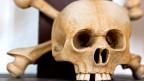 Ein Totenkopf aus Knochen.