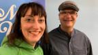 Frau mit grünem Hoodie und Mann mit Baskenmütze vor SRF Musikwelle-Logo.