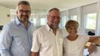 Gruppenbild mit zwei Männern und einer Frau in einem Büro.