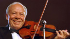Helmut Zacharias mit einer Geige in der Hand.