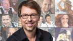 Christian Klemm, im Hintergrund eine Collage mit Schlagerstars.