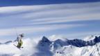 Ein Skifahrer springt in die Luft.
