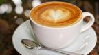 Eine Tasse Michkaffee mit einem Herz.