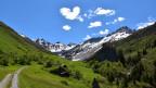 Bergwelt mit Wolke in Form eines Herzes.