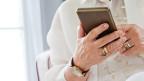 Hände und ein Smartphone.