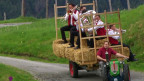 Die Stegreifgruppe Gonten fährt auf einem Traktor und spielt Musik.