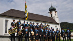 Musikgesellschaft Mühlrüti steht vor Kirche in Montur.
