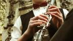 Eine Person spielt Klarinette.