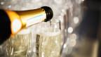 Eine Flasche Champagner und ein Glas.