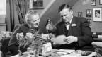 Emil Balmer schaut sich mit seiner Frau Karten an.