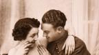 Paar aus den 20er- Jahren verliebt beim Kuscheln.