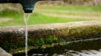 Wasserhahn und Brunnen.
