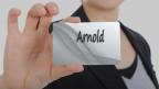 Eine Tafel mit dem Namen Arnold.