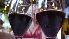Zwei Weingläser mit Rotwein.