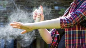 Audio «Sonnencreme, Mücken- und Zeckenschutz: In welcher Reihenfolge?» abspielen.